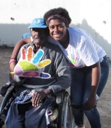 Voluntários puderam passar a tarde com os idosos que vivem na entidade.  - Foto de Allan Almeida