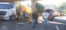 Caminhoneiros em Itabirito cercaram o acesso II da cidade, proibindo caminhões de passarem na segunda-feira (21). - Foto de Michelle Borges